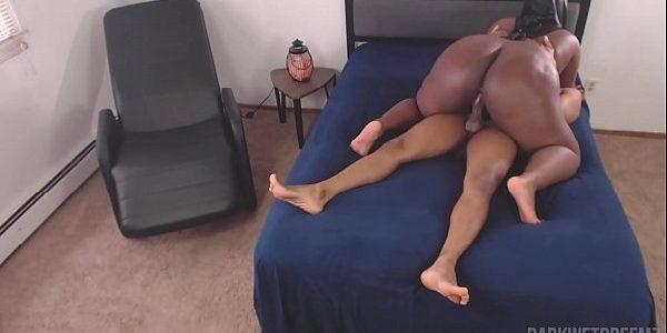 Mulata cavalona sentando com força