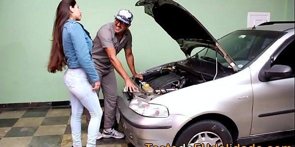 Safada pagou o mecânico com um boquete