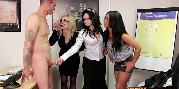 Patrão fodendo as suas secretarias safadas