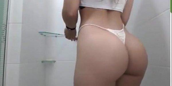 Morena safada tomando um banho bem gostoso