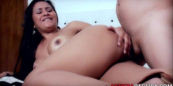 Morena boazuda fazendo anal com jovem roludo