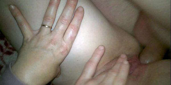 Casadinha safada dando o cú enquanto se masturba