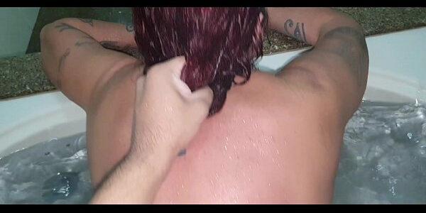 Ruiva amadora na banheira do motel transando gostosinho