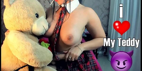 Colegial gostosa e safada  brincando com seu urso de cintaralho dando a bucetinha