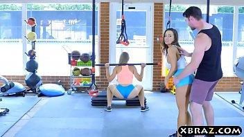 Rabudas quicando na piroca enorme fazendo sexo na academia